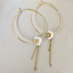 Flower Mother-of-pearl hoop earring