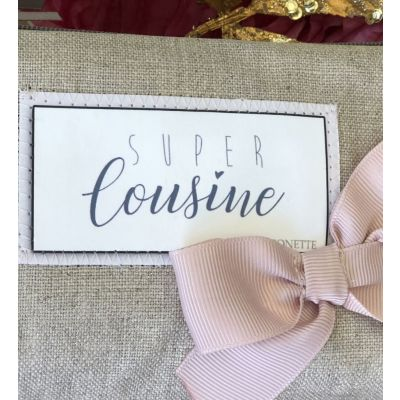 "Cousine Gift - Shiny linen pouch, pink bow and text ""Super Cousine"""